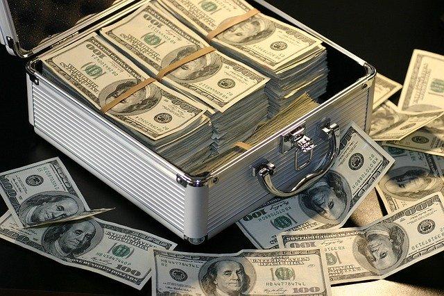 Großer silberner Geldkoffer