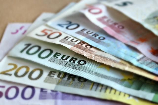 verschiedene Geldscheine durch sparen mit der Kostenkalkulation