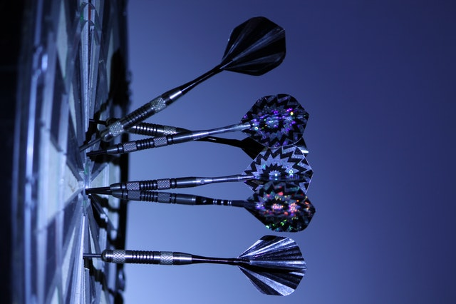 Dartscheibe als Ziel mit Pfeilen in der Scheibe symbolisiert dein Mindset