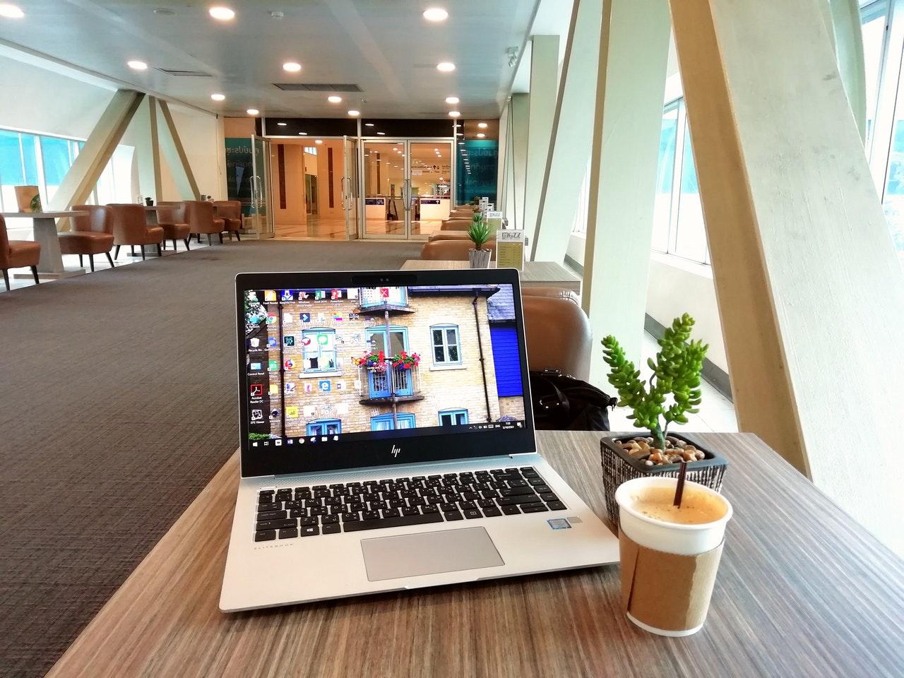 Silberner Laptop in Geschäftshalle